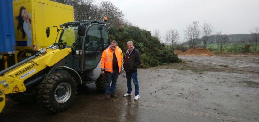 Weihnachtsbaumsammlung am 12.01.2019: Karl-Heinz Vraetz vom Bauhof Waldfeucht und Jugendleiter Peter Peschel präsentieren die gesammelten Weihnachtsbäume